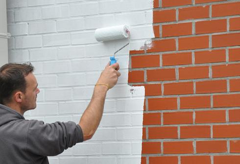 Peindre des murs extérieurs en briques