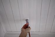 Comment peindre un lambris de plafond en bois ?