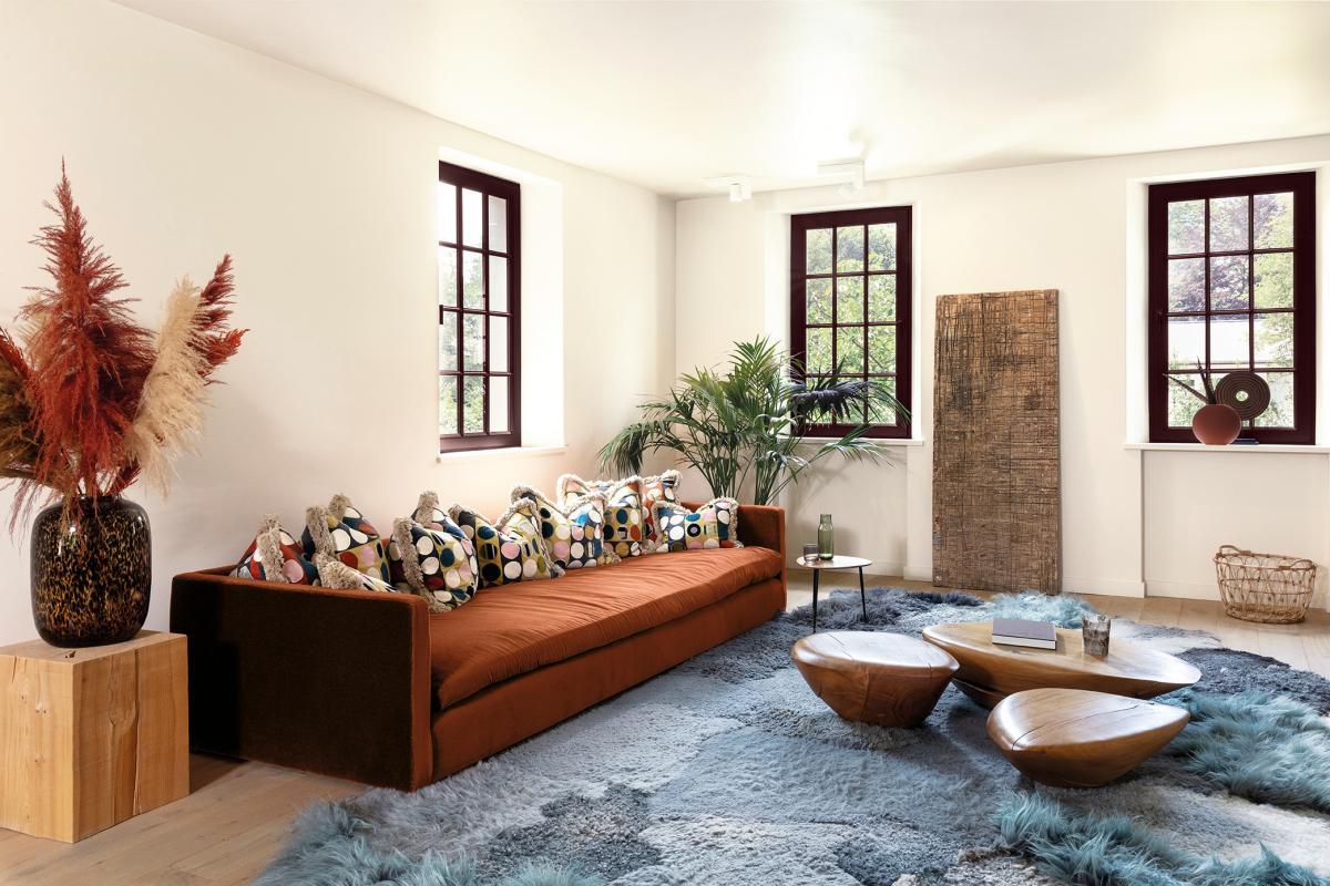 Un blanc cassé dans le salon permet d'accueillir une collection d'objets décoratifs.