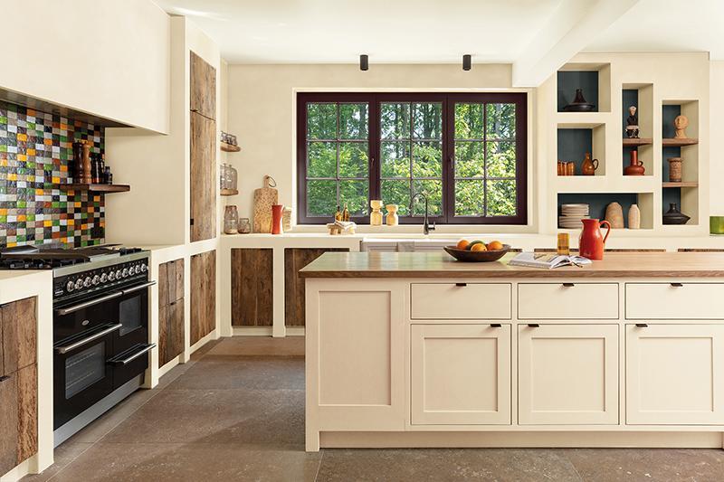 Un blanc cassé neutre dans la cuisine sans sacrifier la chaleur