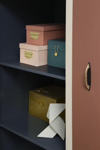 Peignez l'armoire bleu foncé