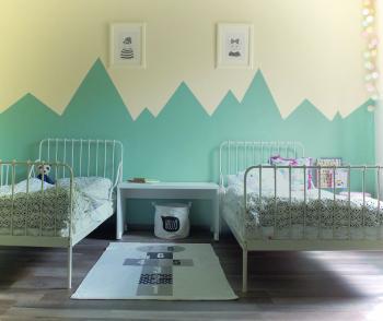 Peignez votre chambre d'enfant en vert et blanc.
