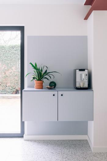 Une zone de couleur grise dans le coin de la pièce donne un effet ludique mais élégant