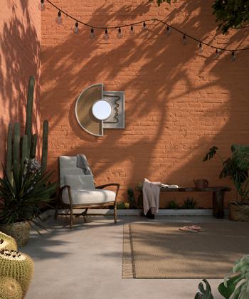 Choisissez pour votre mur de jardin une couleur chaude et contrastée comme fond pour vos plantes afin d'augmenter les effets d'ombre.