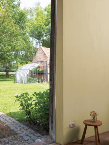 Créez une atmosphère calme dans le salon avec une peinture à la craie dans une teinte chaude.