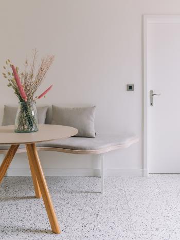 Peignez le mur et la porte de la même couleur et créez un fond intemporel dans votre salle à manger