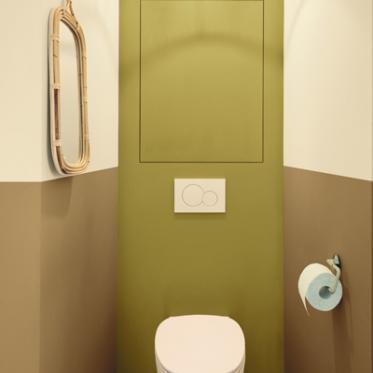 Une combinaison de couleurs chaudes dans les toilettes pour les invités