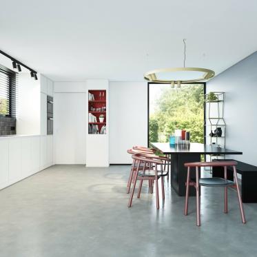 Combinez un contraste noir et blanc avec un mur accentué en bleu acier dans la cuisine