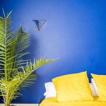 Choisissez des couleurs de peinture vives dans la chambre à coucher et commencez chaque matin de bonne humeur