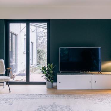 Ajouter des couleurs chaleureux dans les coins de votre espace pour un effet coloré mais quand-même sobre