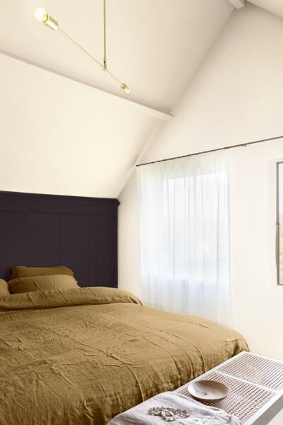 Retour à l'essentiel dans la chambre à coucher avec une couleur d'accent noir.