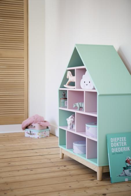 Peindre une maison de poupée en vert et rose