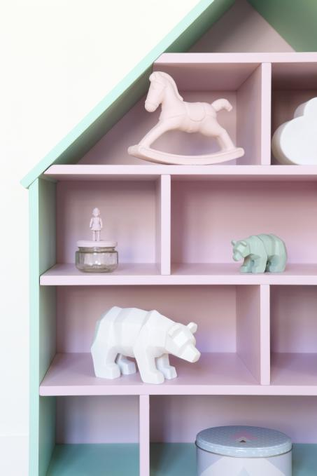 Peindre une maison de poupée en rose et vert