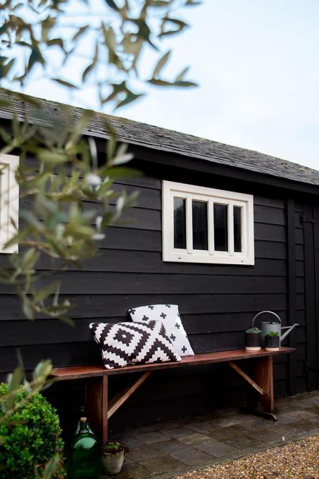 Peignez votre abri de jardin noir