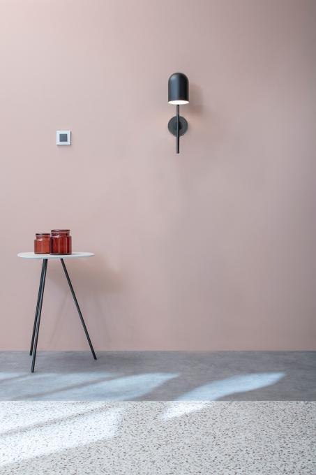 Gardez les murs neutres et le décor frais avec un soupçon de couleur.