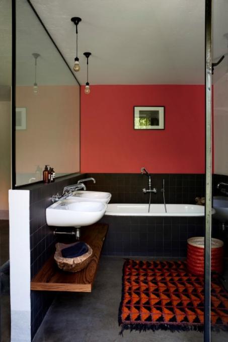 Peindre la salle de bain en rouge for Peindre plafond salle de bain