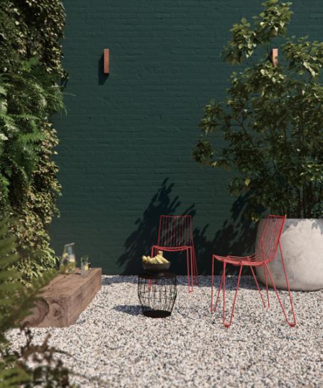 Renforcez le lien entre votre jardin et la nature en combinant des plantes aux couleurs vert profond sur votre mur de jardin