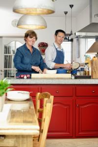 Peindre les armoires de cuisine : un coup de neuf bon marché