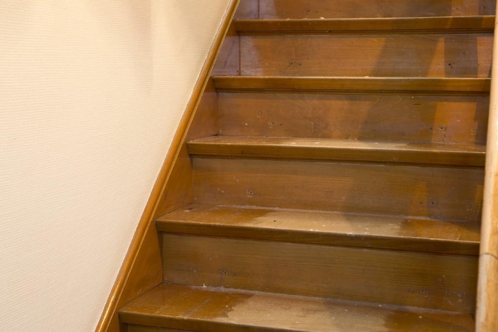 nettoyer escalier bois brut album r novation d un vieil escalier menuiserie le bois des. Black Bedroom Furniture Sets. Home Design Ideas
