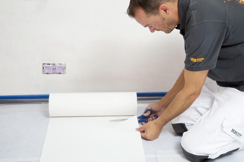Tapisser avec un papier intissé: coupez sur mesure quelques bandes de papier intissé