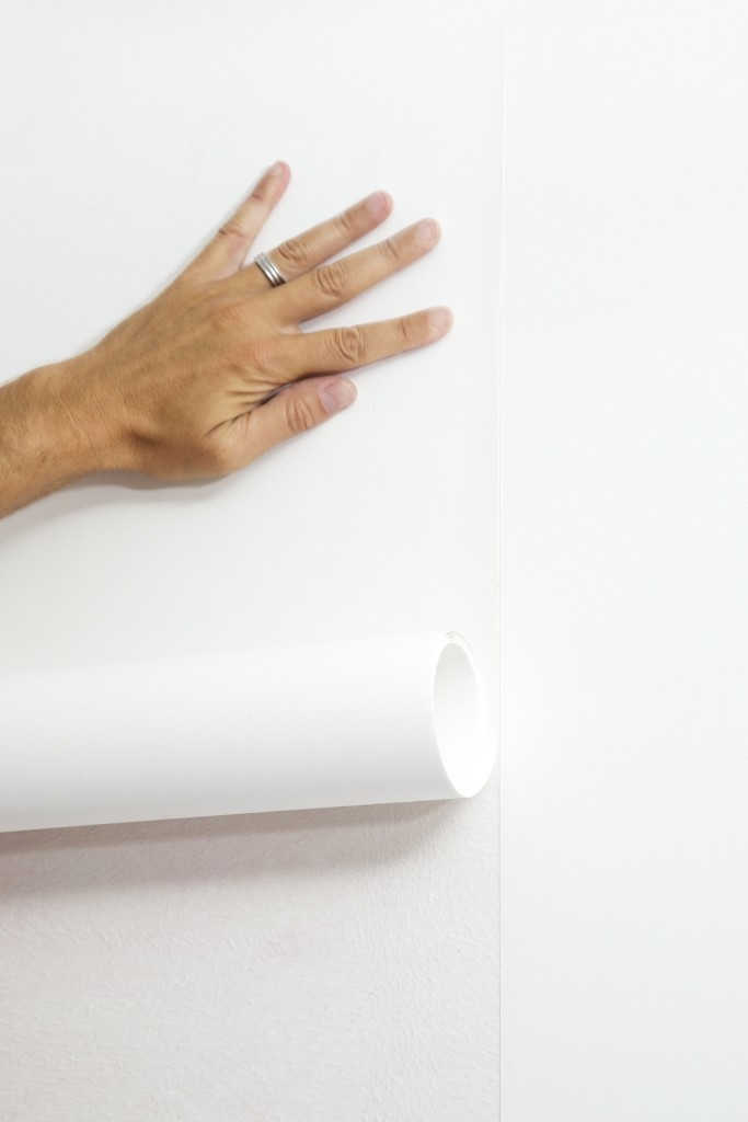 Tapisser avec un papier intissé: collez la bande suivante en raccord parfait avec le bord de la bande précédente.