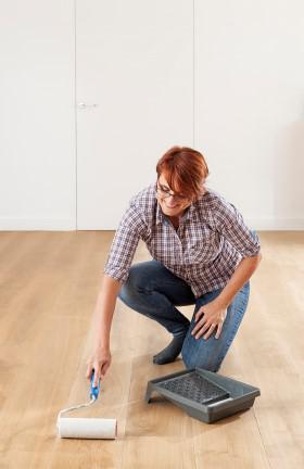 Houten vloer schilderen: kies je voor olie of vernis?