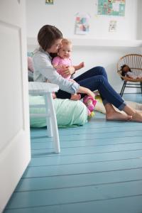 Een houten vloer dekkend schilderen: een hemelsblauwe make-over