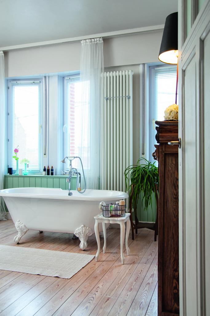 Badkamer badkuip en houten plankenvloer