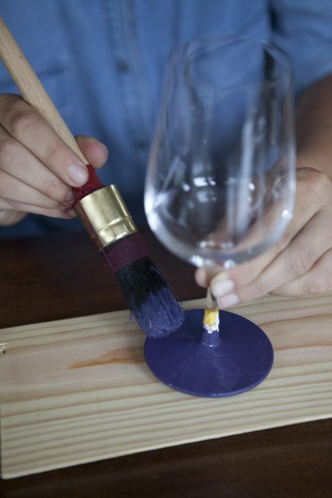 Décorez les pieds de vos verres avec de la peinture de tableaux pour Noël
