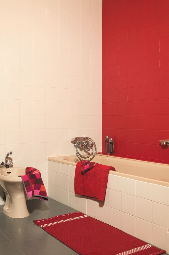 Badkamer met rode faience-tegels