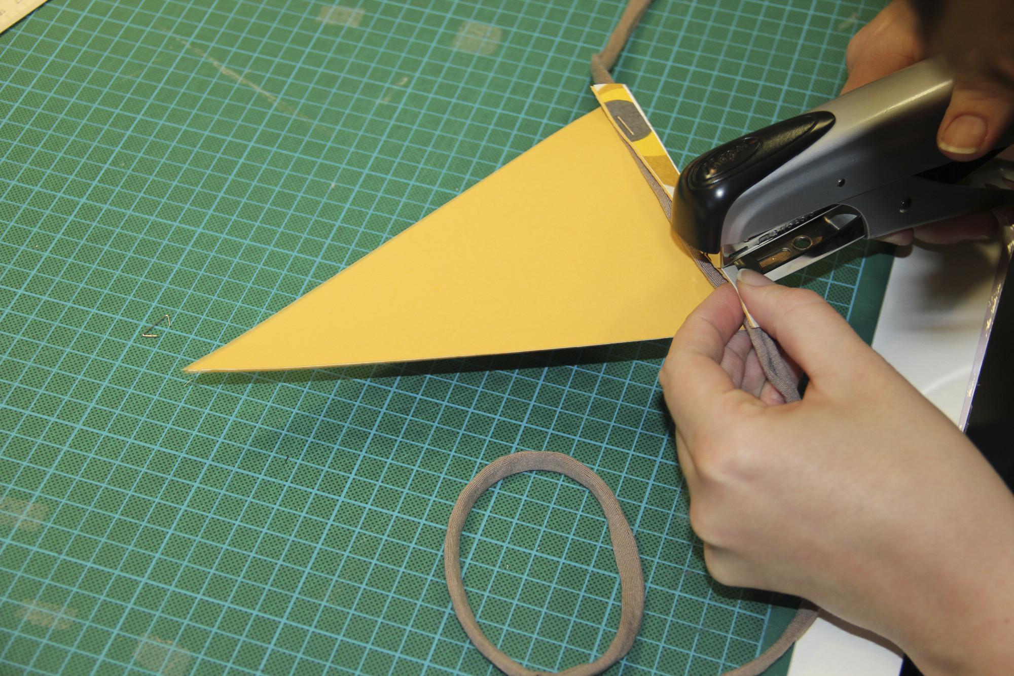 Attacher les triangles au ruban pour des guirlandes personnelles