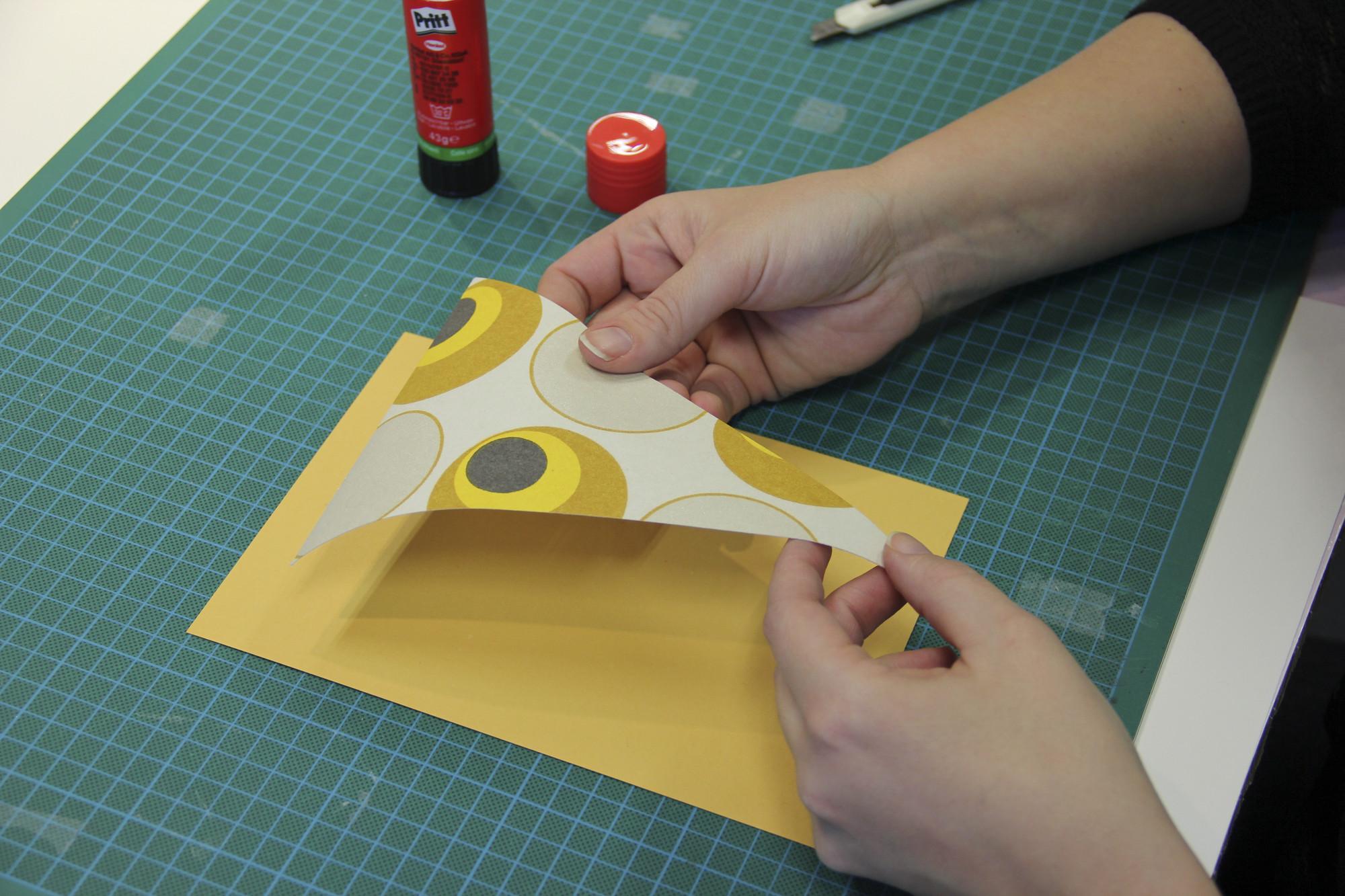 Gekleurd papier op driehoeken kleven voor versteviging