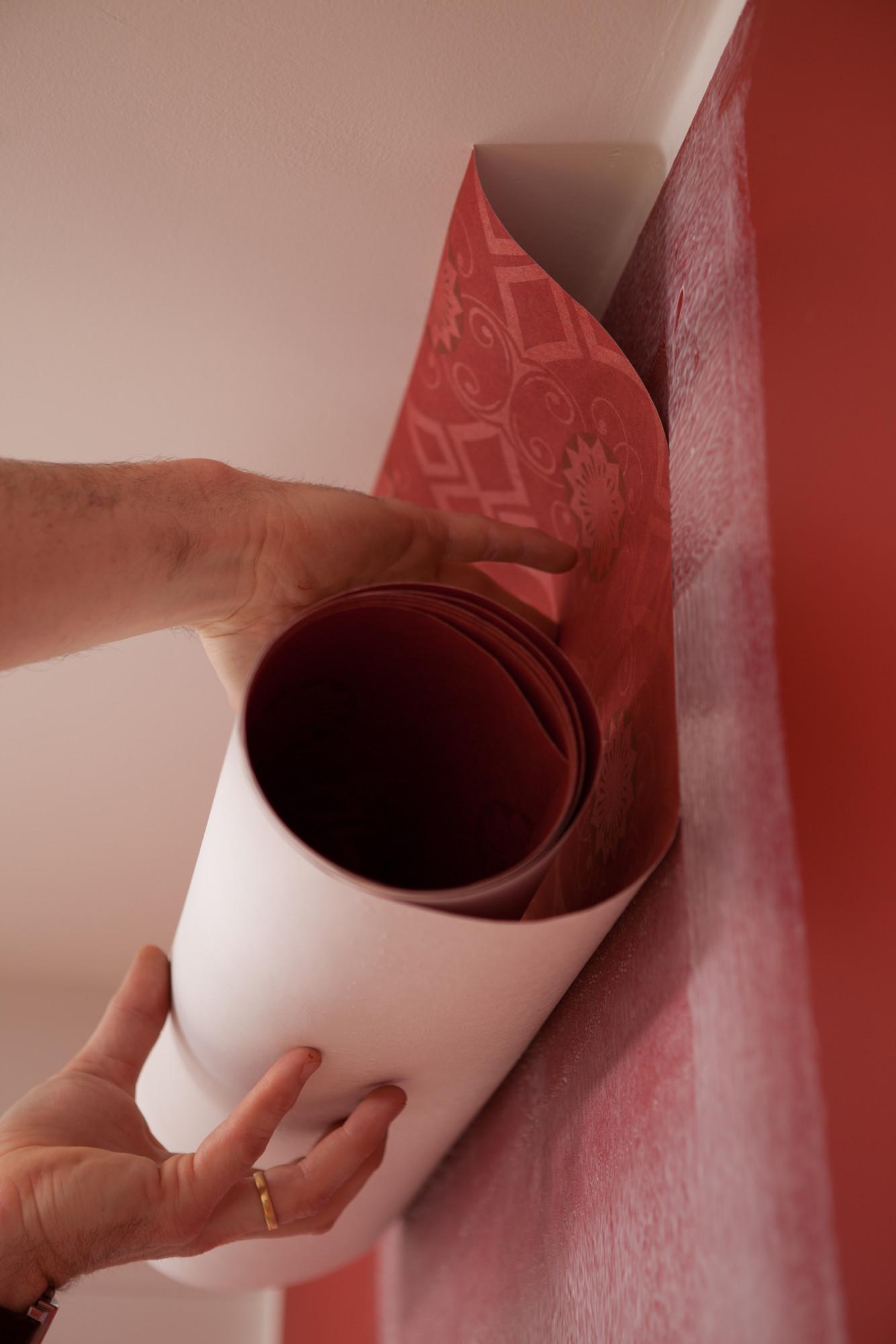 Hoe behangen? 6: breng de eerste strook behangpapier aan