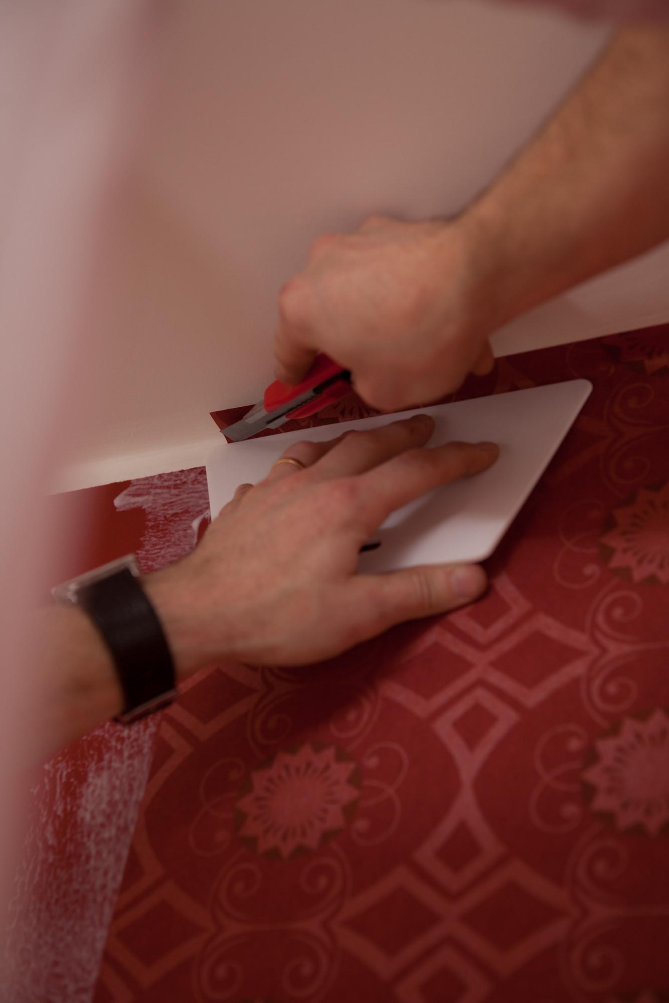Hoe behangen? 8: snij het overtollige behang af