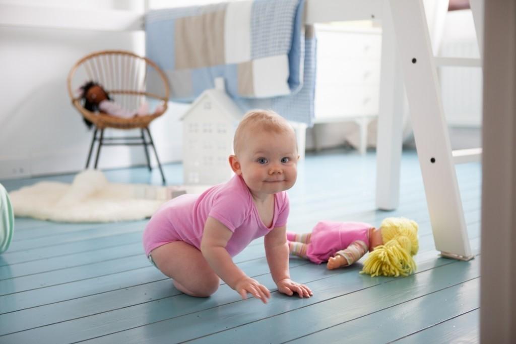 Een houten vloer dekkend schilderen een hemelsblauwe make