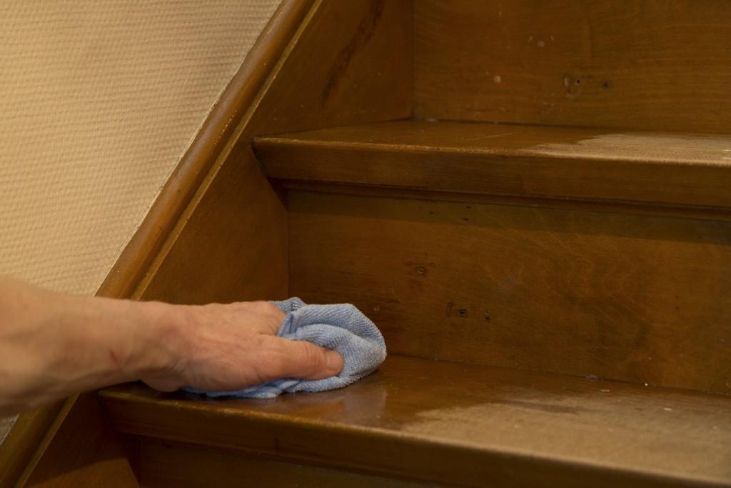 Trap schilderen: wrijf droog met een doek