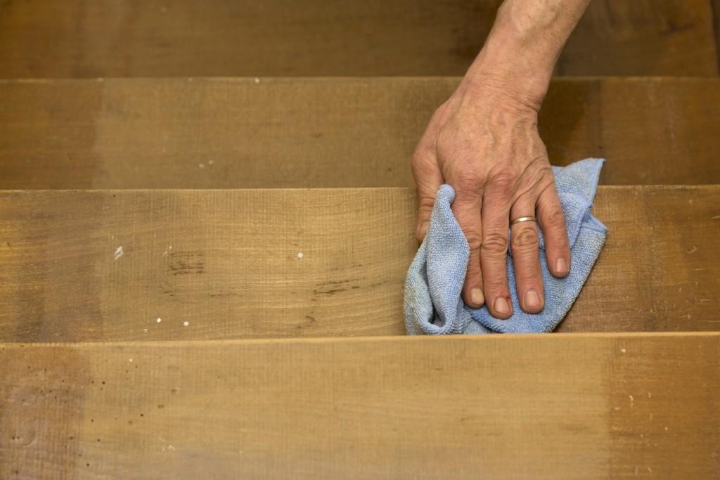 Trap schilderen: neem het laatste stof weg met een licht vochtige doek