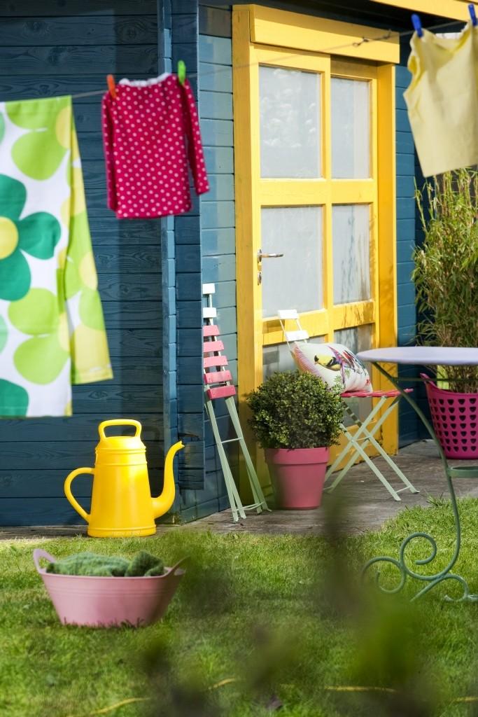 Peignez votre abri de jardin pour obtenir un résultat coloré