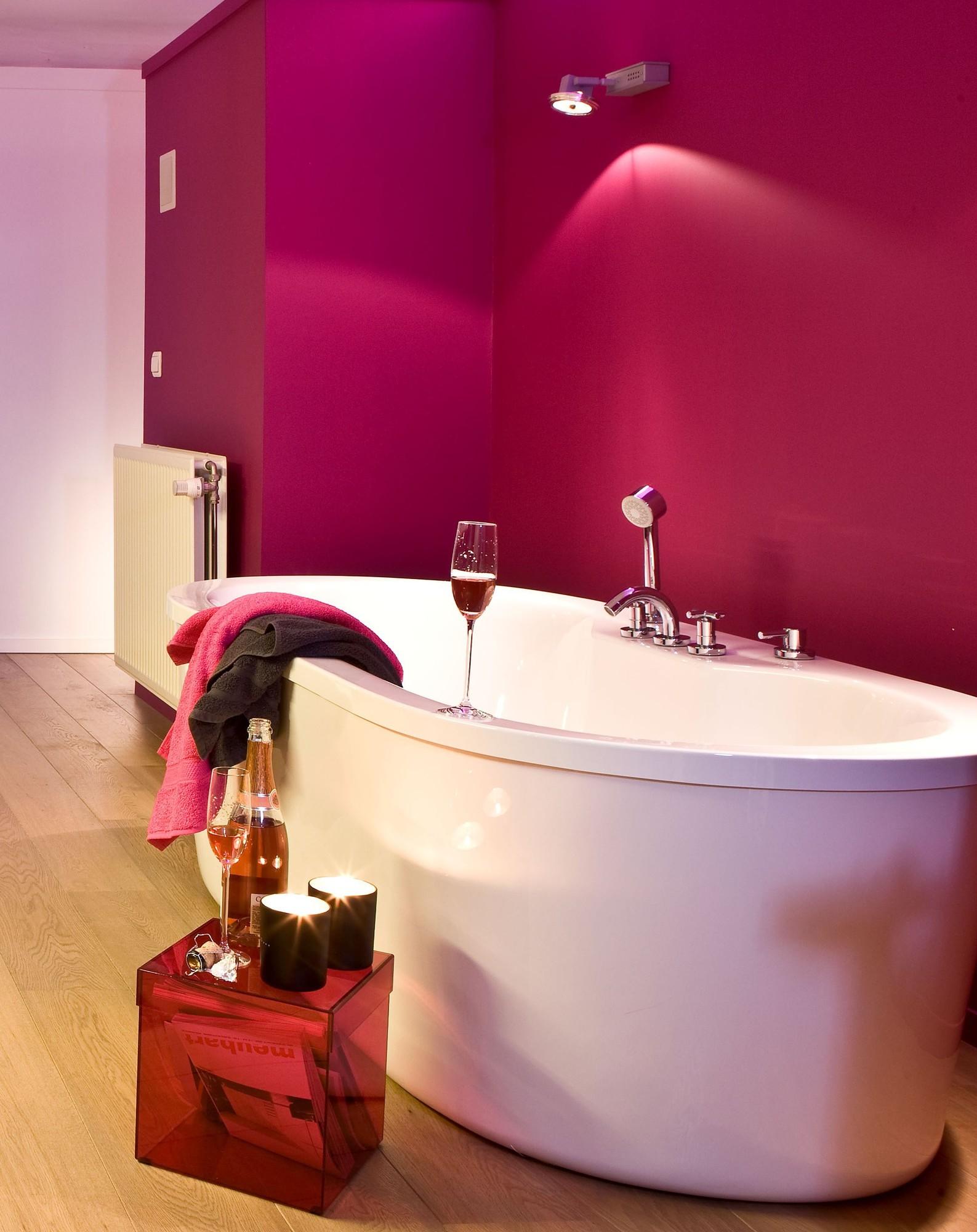 felle verfkleuren in de badkamer
