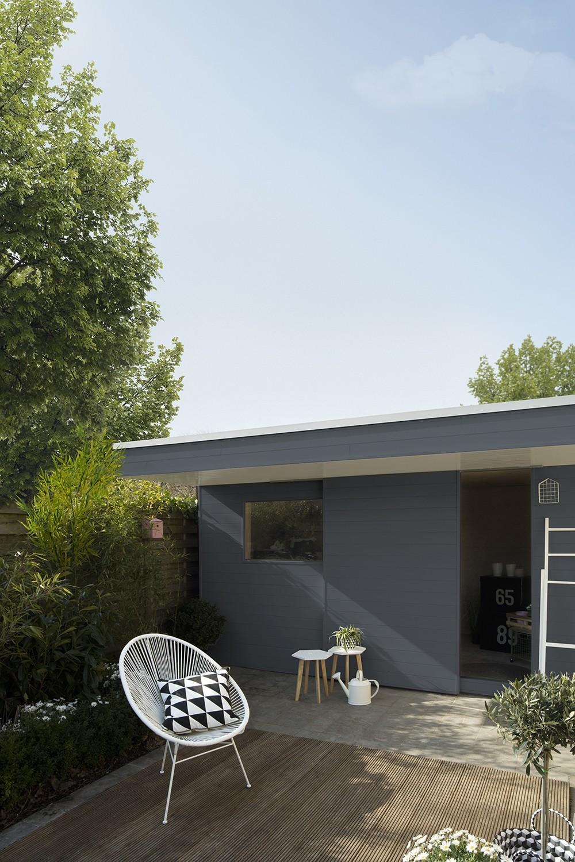 een tuinhuis in strakke stijl