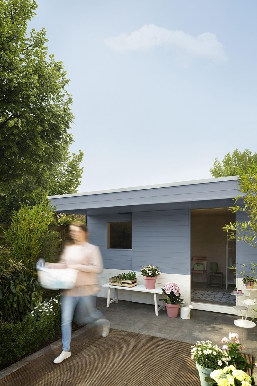 een tuinhuis in zachte pastelkleuren