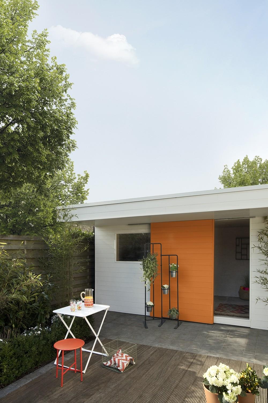 een tuinhuis in vrolijke kleuren