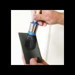 haal een nieuwe verfkwast voor het eerste gebruik over schuurpapier om losse haartjes te verwijderen