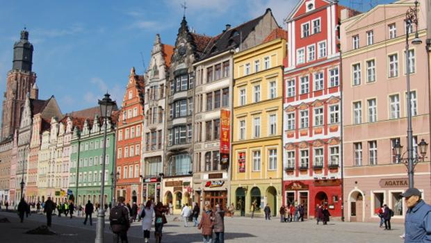 Une nouvelle couleur pour votre façade ? Puisez l'inspiration dans ces 7 destinations de vacances hautes en couleurs …