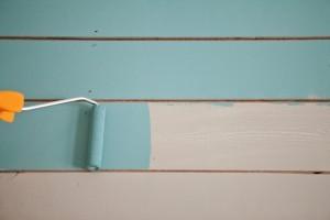 Een houten vloer dekkend schilderen: een helemsblauwe make-over