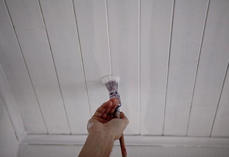 Hoe houten plafondlatjes schilderen?