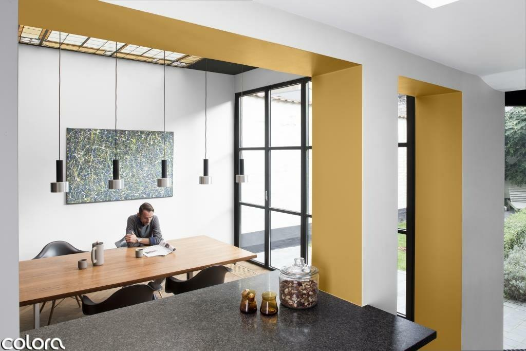 Schilder je woonkamer in wit en geel