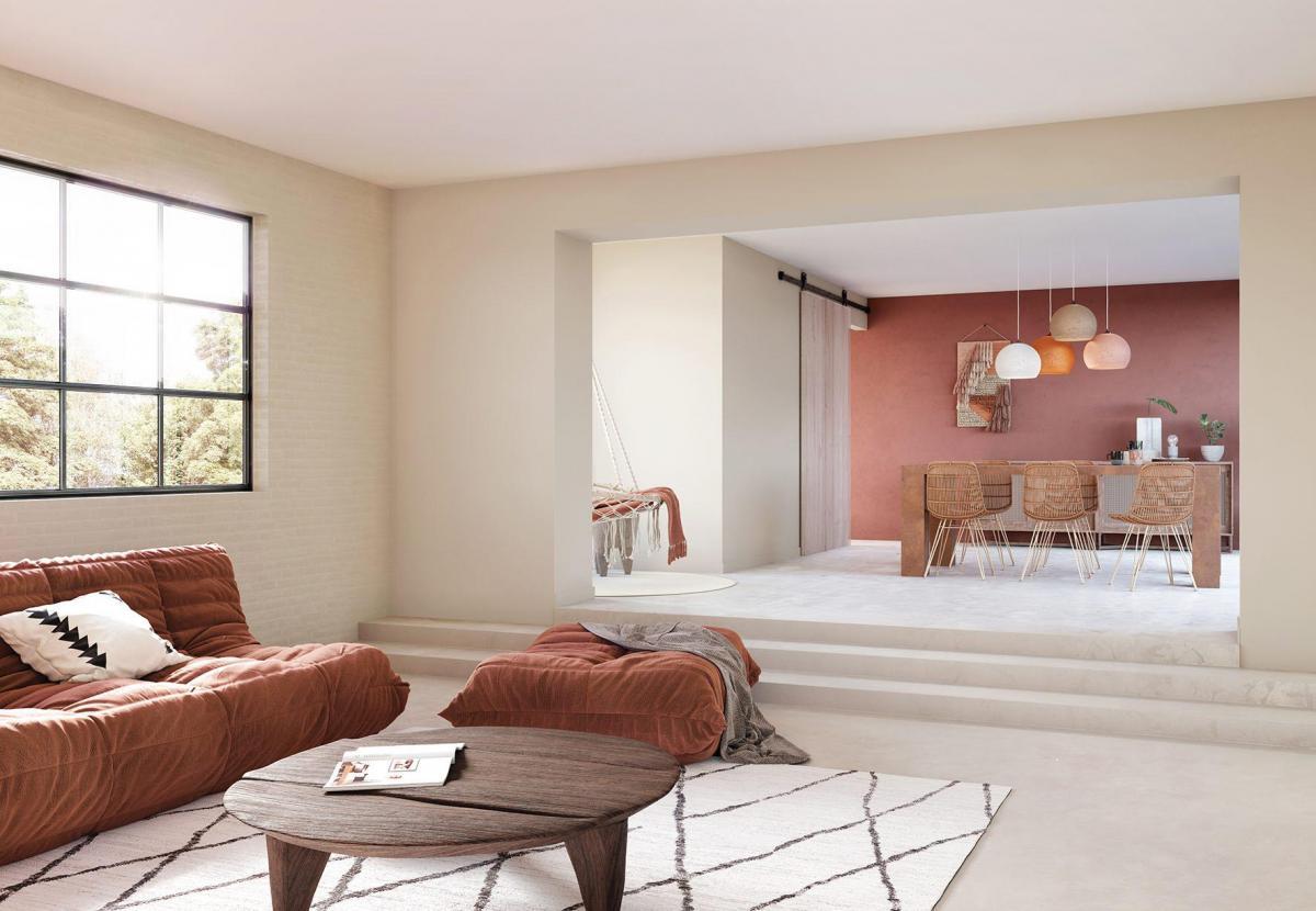 Een zacht kleurenpalet brengt rust in de woonkamer
