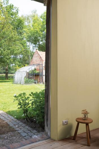 Creëer een ingetogen sfeer in de woonkamer met kalkverf in een warme tint