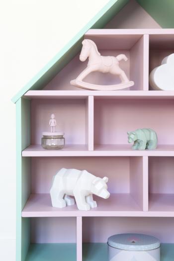 Een poppenhuis schilderen in roze en groen
